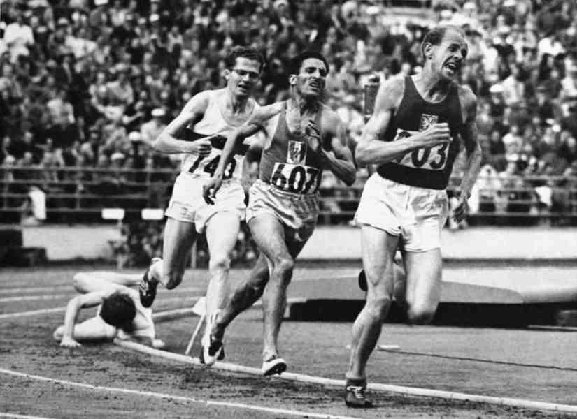 Helsinki 1952 OG, Athletics, 5000m Men - Final. Ahead, Emil ZATOPEK (TCH) 1st, followed by Alain MIMOUN (FRA) 2nd and Herbert SCHADE (GER) 3rd.
